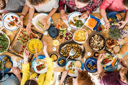 Obraz Woman shares tasty meal - fototapety do salonu