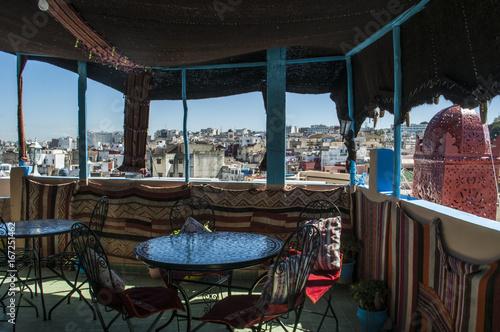 Tuinposter Marokko Nord Africa: una tipica terrazza marocchina con vista sui tetti e lo skyline di Tangeri, città africana mix di culture sulla costa del Maghreb