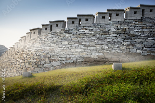 Photo  N Seoul Tower castle walls with a fog and sun beam, taken in seoul south korea