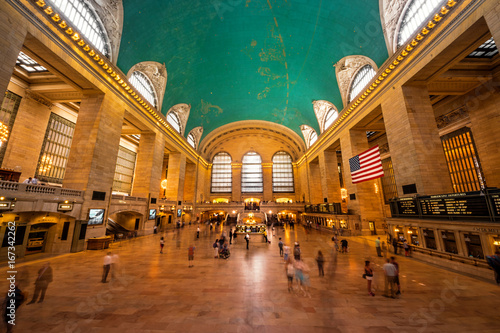 Inside view of the main hall of Grand Central Terminal Station with many peoples in motion Tablou Canvas