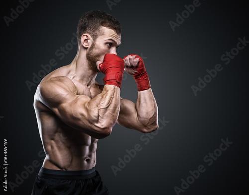 Plakat MMA Fighter Przygotowuje bandaże do treningu.
