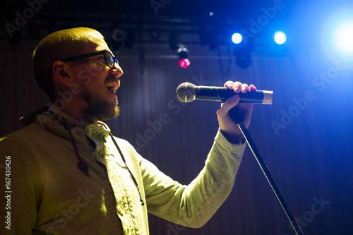 Plakat Piosenkarz trzyma mikrofon i śpiewa