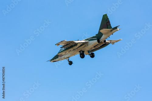Fototapeta Samolot szturmowy w niebieskim niebie