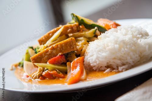 Vegetarisches Gericht mit Gemüse und Tofu in Kokos-Curry-Soße