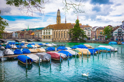 In de dag Havana Beautiful view of historic city center of Zurich with famous Fraumunster Church and Munsterbucke crossing river Limmat with anchored boats on a cloudy day, Canton of Zurich, Switzerland