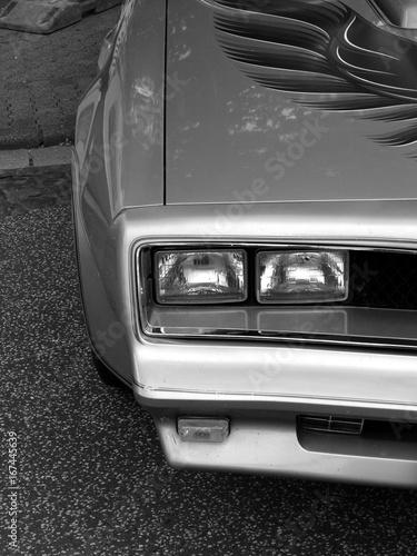Doppelscheinwerfer eines amerikanischen Sportwagen der späten Siebzigerjahre in Wallpaper Mural