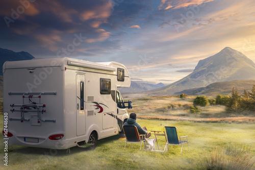 In de dag Kamperen Urlaub mit dem Wohnwagen in der Natur