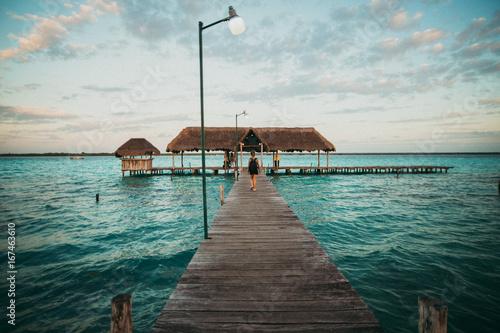 Deurstickers Centraal-Amerika Landen Traveler on pier in tropics