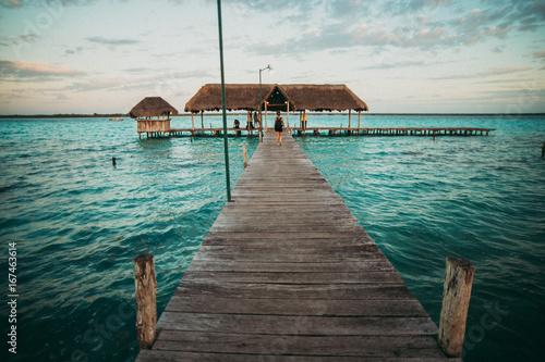 In de dag Centraal-Amerika Landen Traveler on pier in tropics