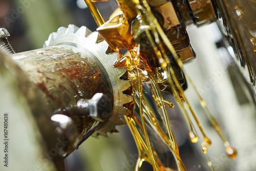 Fotografía  metalworking tooth gear cogwheel machining by hob cutter mill tool