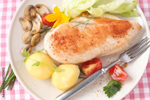 Obraz na plátně Putenfilet mit Kartoffeln und Salat