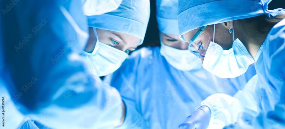 Fotografía Team surgeon at work on operating in hospital