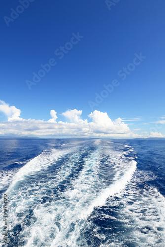 美しい沖縄の海と航跡