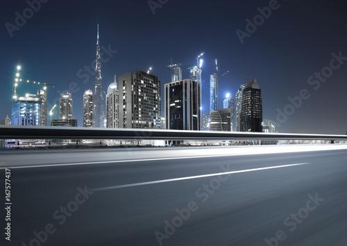 Photo  Urban asphalt road with dubai skyline background at night