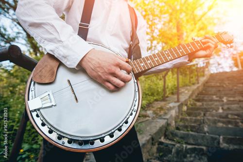 Fényképezés View of musician playing banjo at the street