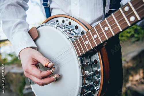 Fotomural View of musician playing banjo at the street
