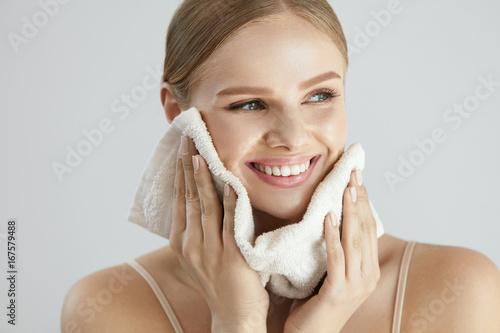 Zdjęcie XXL Mycie twarzy. Szczęśliwa kobieta, suszenie skóry z ręcznikiem