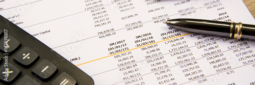 Fotografía  financial budget statement read and check the number for analysis invest stock
