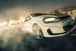 schneller Sportwagen driftet über Asphalt