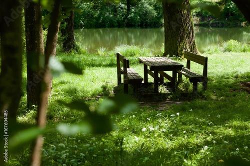 parco: zona pic-nic sulla riva del fiume Billede på lærred