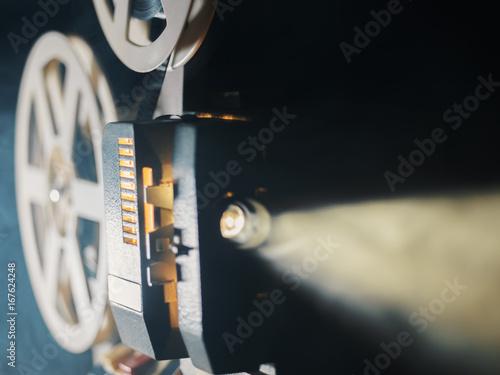 projektor-filmowy-na-czarnym-tle-z-lekkim-swiatlem-padajacym-z-tylu