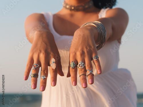 Fotografía  close up hands with boho gypsy silver accessories
