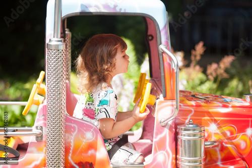 Zdjęcie XXL Urocza berbeć dziewczyny jazda na samochodzie w parku rozrywki.