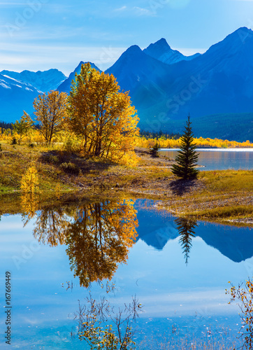 Foto  The Abraham lake in the Rocky Mountains