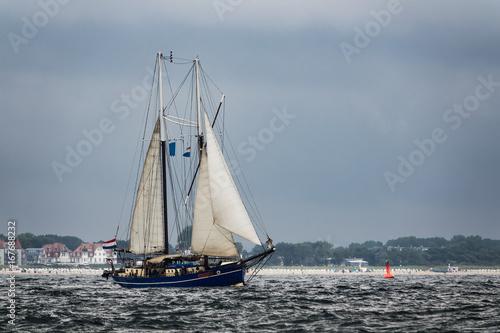 Foto auf AluDibond Schiff Segelschiff auf der Ostsee vor Warnemünde
