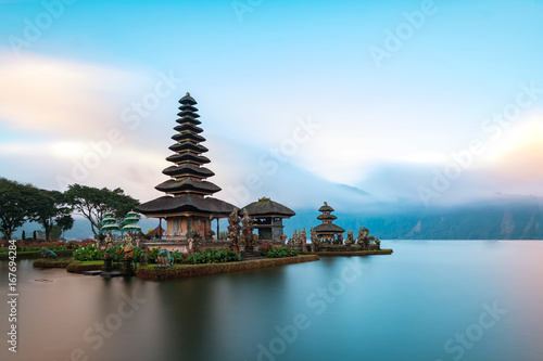 Montage in der Fensternische Bali Ulun Danu Beratan Temple is a famous landmark located on the western side of the Beratan Lake , Bali ,Indonesia.