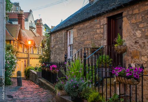 Plakat Sceniczna dziekan wioska na letnim wieczór w Edynburg, Szkocja.