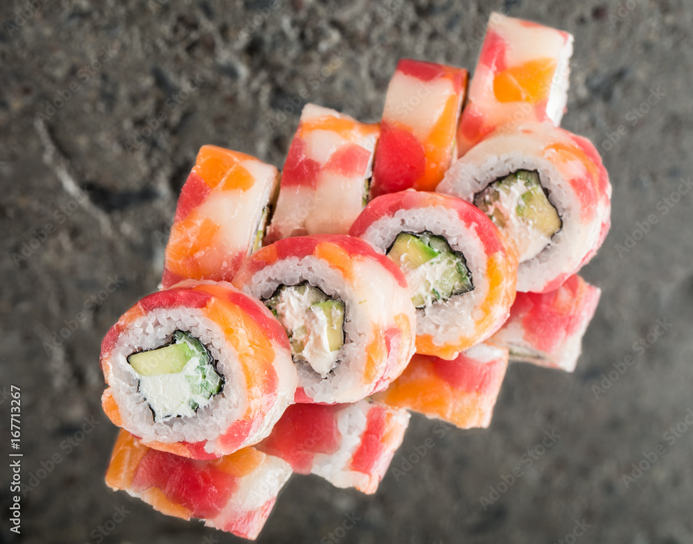 Fotografía Roll made with tuna, salmon and scallop
