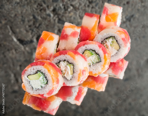 Foto  Roll made with tuna, salmon and scallop