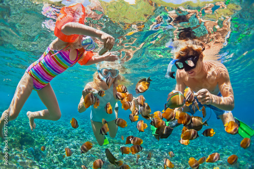 Poster Plongée Happy family - father, mother, child in snorkeling mask dive underwater with tropical fishes in coral reef sea pool. Travel lifestyle, water sport adventure, swimming on summer beach holiday with kids