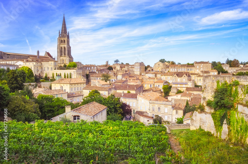 Canvas Print Colorful landscape view of Saint Emilion village in Bordeaux region