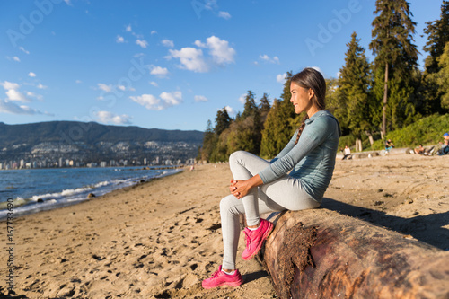Fotografía Vancouver urban lifestyle woman relaxing on Third Beach in Stanley Park, Vancouver, BC, Canada