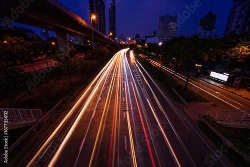 Photo  abstract light tails on twilight time and urban cityscape