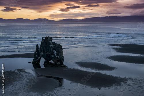 Foto op Plexiglas Water Motor sporten Hvitserkur Felsbogen an Islands Nordküste