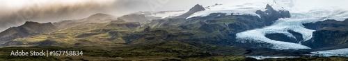 Spektakuläre Landschaft von Islands Südküste mit den Gletschern Fjällsarlon und Jökulsárlón des Vatnajökull