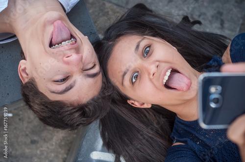 Fotografie, Obraz  frère et soeur faisant un selfie en extérieur