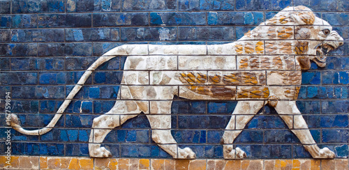 Photo Ancient glazed brick panel with Lion - detail of Babylonian Ischtar Tor, or Isht