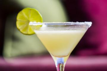 Žuti koktel s limetom, koktel margarita sa slanim rubom