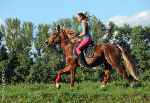 Poster Ouest sauvage Young female riding on saddle horse