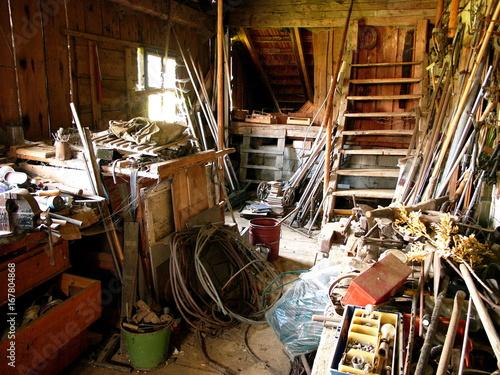Fotografia, Obraz  Verlassene alte Werkstatt mit Werkzeug auf einem Bauernhof in Rudersau bei Rotte
