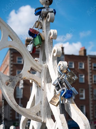 Photo  Halfpenny bridge lockers in Dublin, Ireland