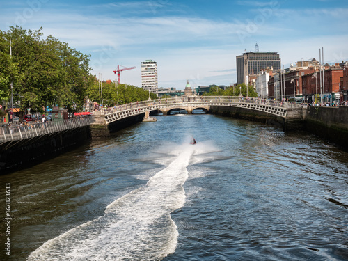 Photo  Halfpenny bridge in Dublin Ireland