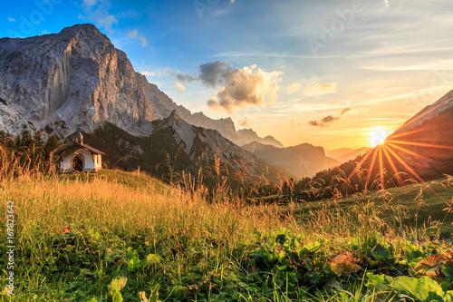 Fototapeta Sonnenuntergang auf der Hallerangeralm im Karwendel obraz