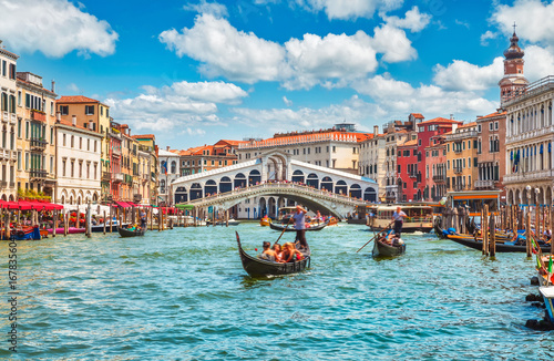 Photo Stands Venice Bridge Rialto on Grand canal famous landmark panoramic view
