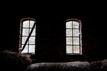 Zwei Alte Fenster In Einer Sch...