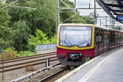 """Ein S - Bahn Zug am Bahnsteig eines Berliner Bahnhofes mit der Aufschrift """"Nicht einsteigen"""""""